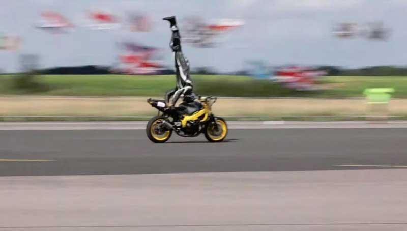 Мотоциклист разогнался до 122 км/ч, стоя на голове