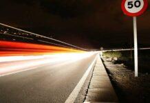 В Испании водитель собирал кубик Рубика на скорости 128 км/ч