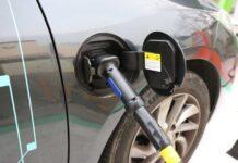 Половина американцев считает, что электрокары заправляют бензином