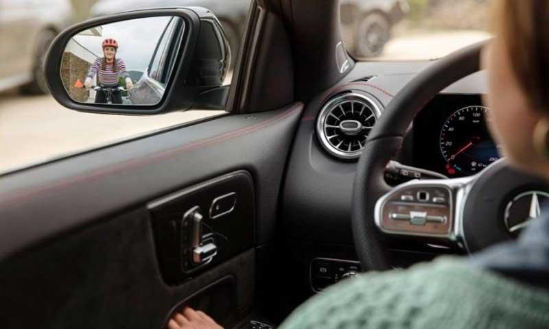 Mercedes-Benz приоткрыл интерьер нового GLA