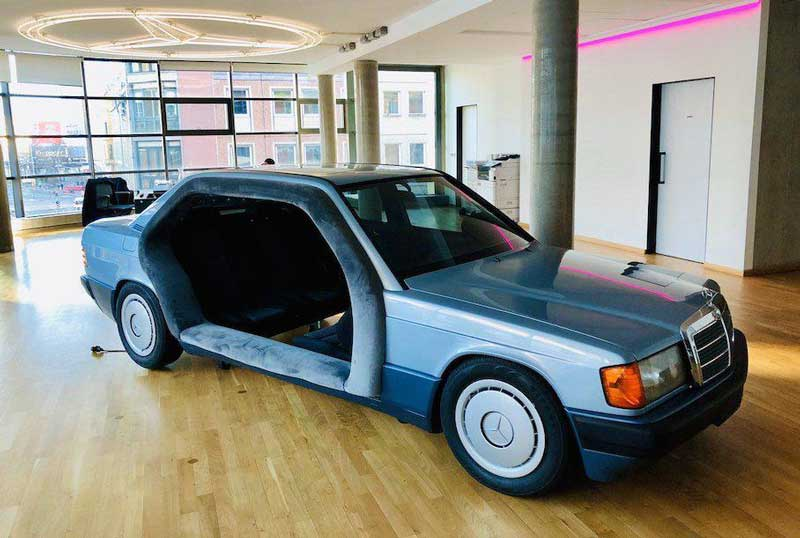 Старый Mercedes-Benz 190 превратили в переговорную комнату