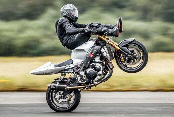 Британец разогнался на заднем колесе мотоцикла до рекордной скорости