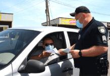 Обязан ли водитель передавать документы инспектору