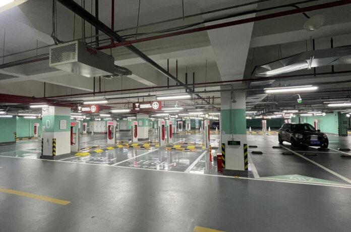 В Китае открыли самую большую в мире зарядную станцию Tesla