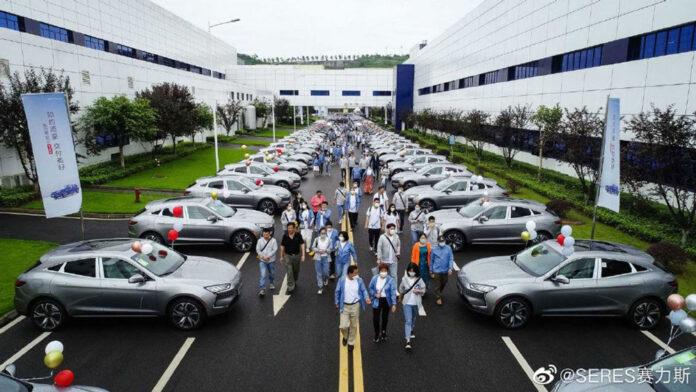 Huawei почав видавати свої автомобілі клієнтам