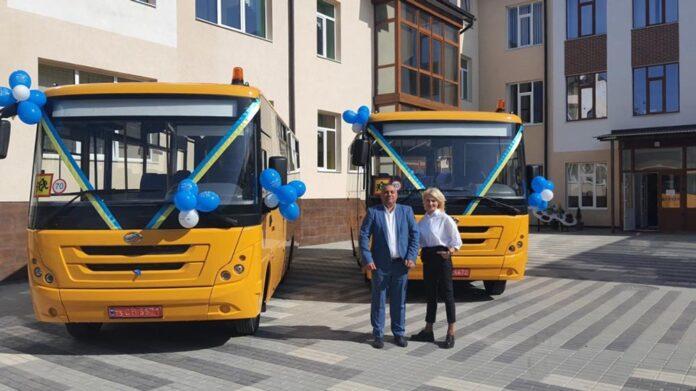 Автоцентр «Хмельниччина-АВТО» передав шкільні автобуси територіальним громадам Чернівецької області